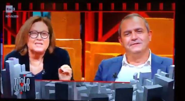 Scontri a Napoli, De Magistris in tv. Lucia Annunziata lo incalza: «Che ci fa ancora qua?». «Sì, ora vado...»