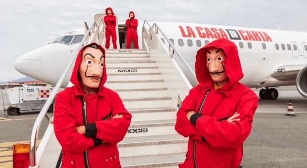 """La Casa di Carta, Netflix crea una """"no-spoiler zone"""": tutti a bordo di un aereo (senza cellulare)"""