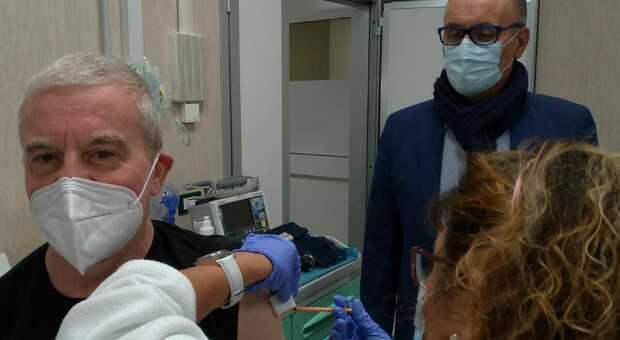 Il dottor Michele Fiore durante la vaccinazione
