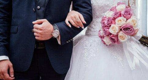 Divorzia e risposa la moglie per 4 volte per avere più congedi matrimoniali. L'ufficio del lavoro gli dà ragione