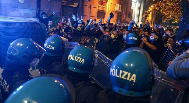 Napoli, due arresti per gli scontri nella notte. Il Viminale: «Azioni preordinate»