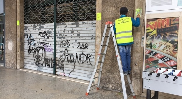 Roma, manifestini abusivi sparsi in tutta la città, i volontari scendono in strada per rimuoverli