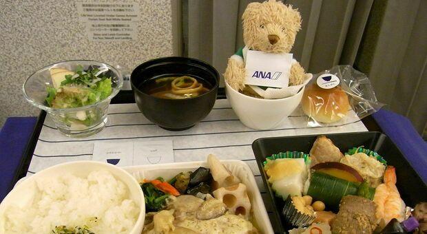 """Tokyo, l'aereo fermo per il Covid offre cene di lusso: boom del """"ristorante con le ali"""""""