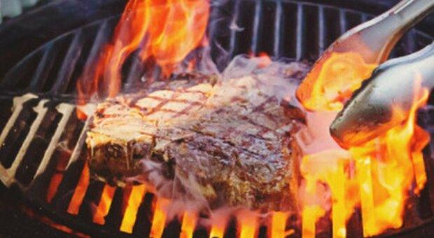 Pasqua in casa, impennano gli acquisti di barbecue: irrinunciabili anche uova di cioccolata e frutta secca