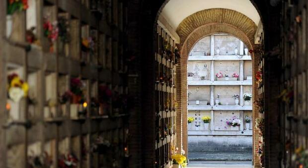 Cremazioni a Roma, l'ultima beffa: Ama compra container sbagliati. Duemila salme in attesa