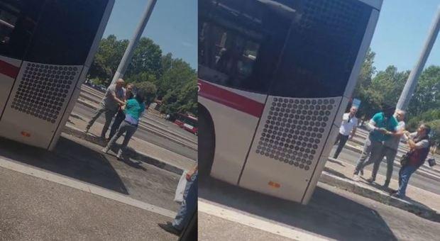 Roma, ragazzo straniero senza biglietto sul bus Atac reagisce ai controllori e scappa