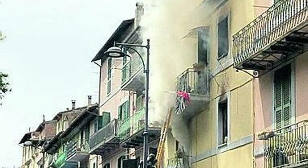 Esplosione nel palazzo, si indaga sulle cause: il giallo delle bombole. Quattro famiglie senza casa