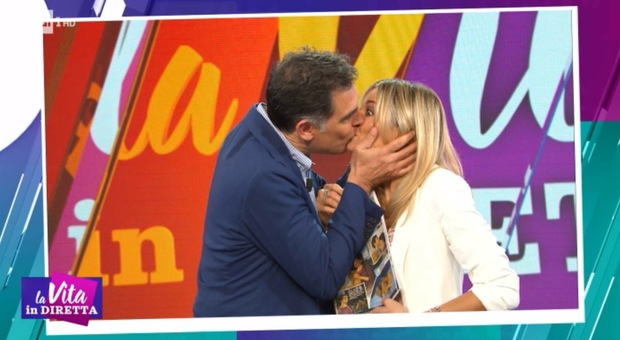 Tiberio Timperi bacia in bocca Francesca Fialdini alla Vita in Diretta
