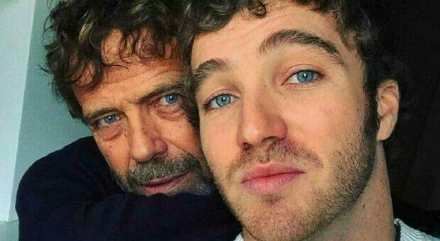 Massimo e Paolo Ciavarro ai Soliti Ignoti, entra il parente misterioso e spiazza tutti. Fan increduli: «È lei?»