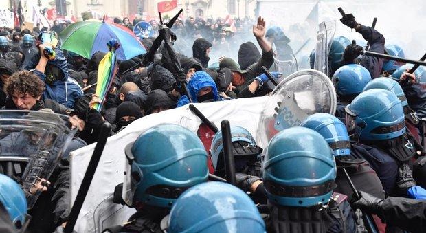 Firenze, scontri tra polizia e antagonisti al corteo anti-Renzi: 3 agenti feriti