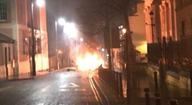 Irlanda del Nord, autobomba davanti al tribunale: torna l'incubo terrorismo