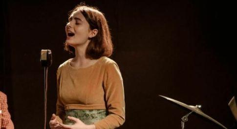 Tecla Insolia, chi è la cantante che conduce la finale di Sanremo 2021