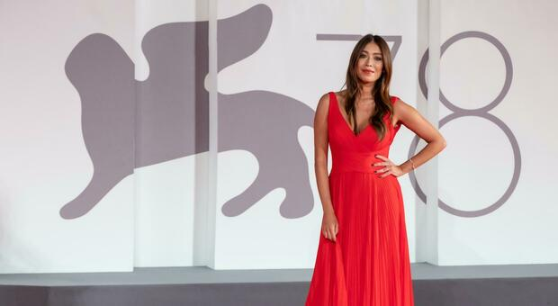 Venezia, Valentina Parisse elegantissima in rosso sul red carper della Mostra del Cinema