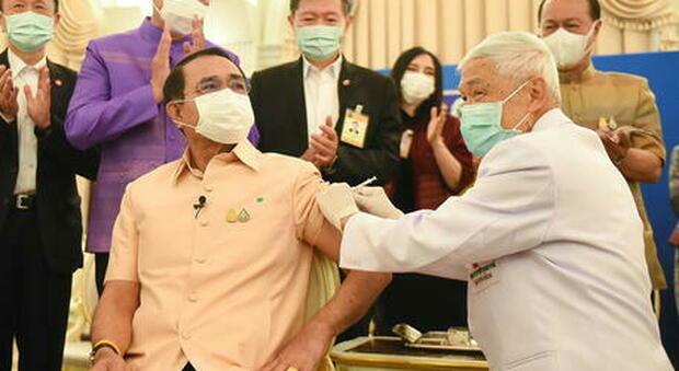 Thailandia, multato il primo ministro perchè non indossava la mascherina