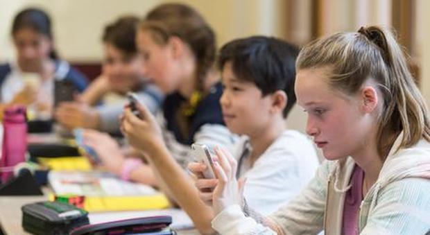 Telefonini vietati per alunni e prof: rivoluzione in classe