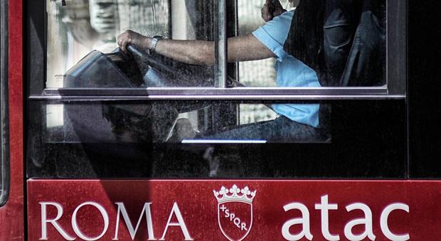 Roma, prende a pungni l'autista di un autobus di linea e scappa: è caccia all'uomo