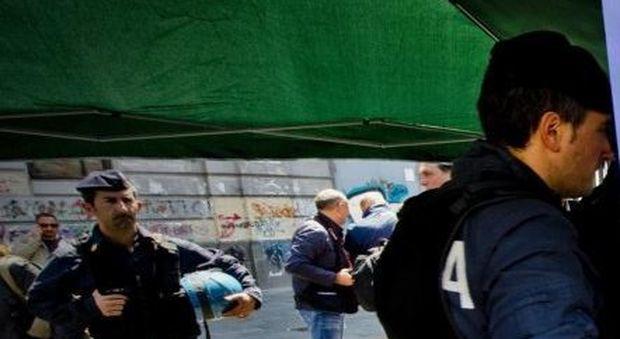 Immigrati tentano di distruggere un gazebo della Lega
