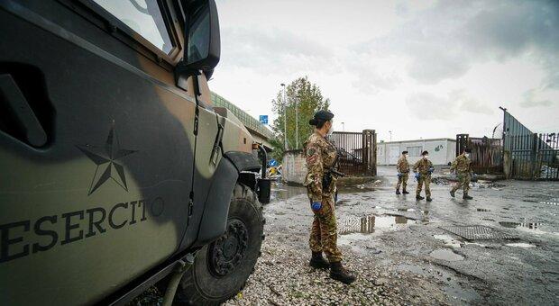Napoli, focolaio al campo rom di Scampia: 95 positivi, l'esercito isola la zona