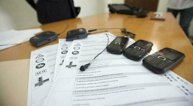 Trieste, suggerivano a stranieri le risposte all'esame di guida con auricolari nascosti: 7 denunce