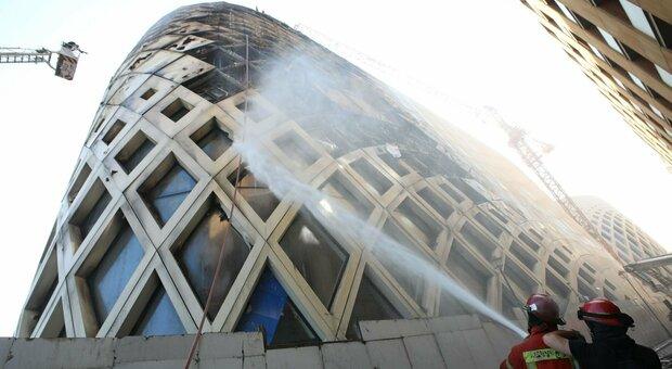 Beirut, ancora paura: a fuoco il palazzo in costruzione di Zaha Hadid