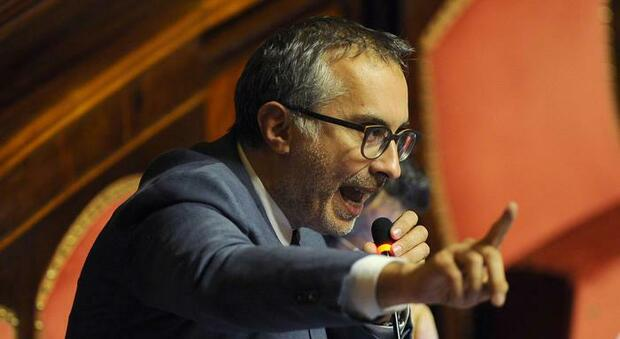 Ciampolillo di nuovo in zona Cesarini annuncia il no e fa un mini-show anti-Salvini. Casellati lo riprende: «Ma lei arriva sempre all'ultimo»