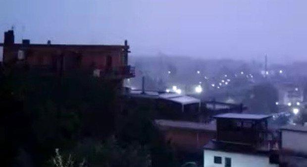 Bomba d'acqua a Roma, strade allagate e disagi. Alberi a rischio crollo per le raffiche di vento