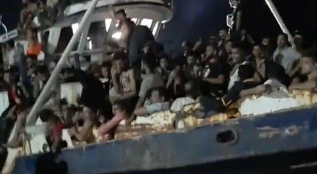 Migranti, maxi sbarco a Lampedusa: arrivati in 686. Ora i trafficanti puntano anche alla costa jonica