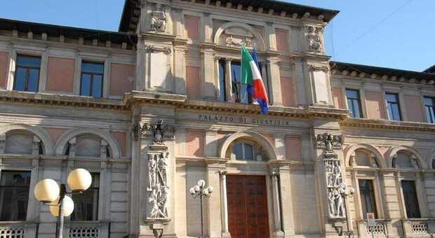 Minaccia l'amica della figlia 14enne dopo un banale litigio: condannata a pagare 900 euro