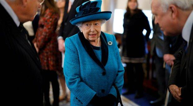 Elisabetta non abdicherà a favore di Carlo nonostante il Covid. Il suo staff: «Sarà Regina a vita»