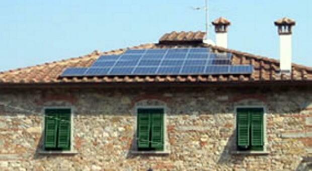 Un'abitazione con pannelli solari sul tetto