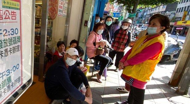 Coronavirus, bimbo italo-cinese aggredito in strada a Bologna. Il sindaco: «Non è civiltà»