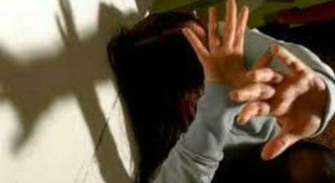 Violenza sessuale su due bambini di 6 e 8 anni, arrestato noto professionista 50enne a Torino: «Girati 9.000 video»