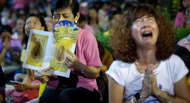 Bangkok, lutto per la morte del re, l'ambasciata agli italiani: «Comportatevi in modo rispettoso»