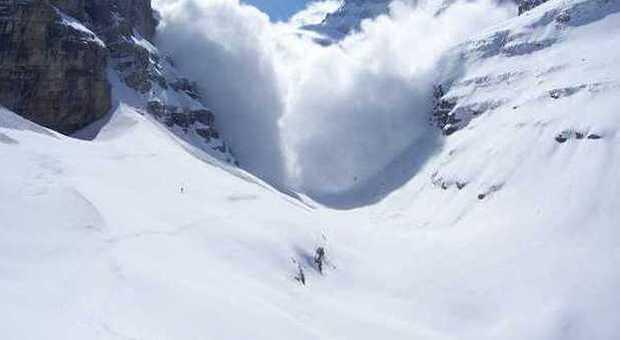 Trentino, trascinato per 500 metri e sepolto sotto la neve: muore scialpinista di 64 anni