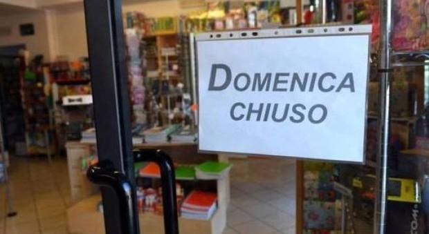 Negozi, salta la chiusura domenicale: «E' una legge che divide gli italiani»