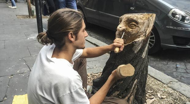 Il ceppo abbandonato diventa una scultura: a Prati l'ultima creazione di Andrea Gandini