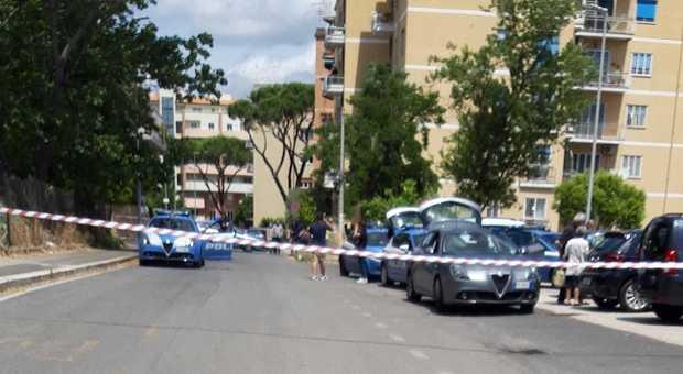 Roma, si spara alla testa tra i passanti: «Ho paura di finire in ospedale»