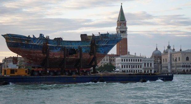 """Alla Biennale di Venezia arriva """"Barca Nostra"""", il relitto dei 700 migranti morti nel 2015"""