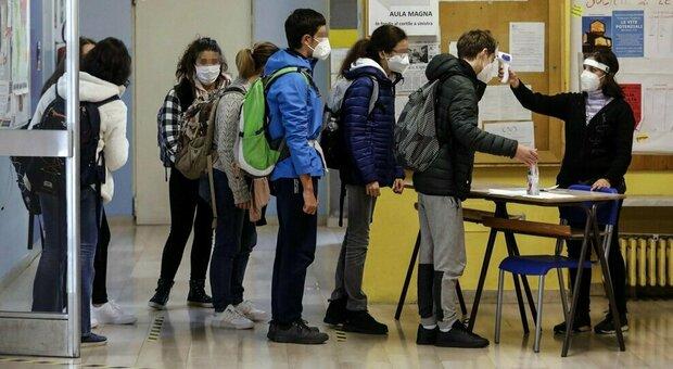 Scuola, allarme ricercatori: «Probabile contagio come fuori, subito test rapidi in classe»