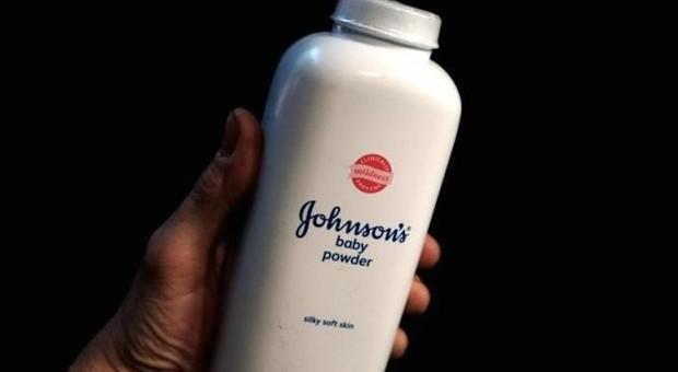 Johnson & Johnson, amianto nel talco provoca il cancro alle ovaie: condannata a pagare 4,7 miliardi di dollari