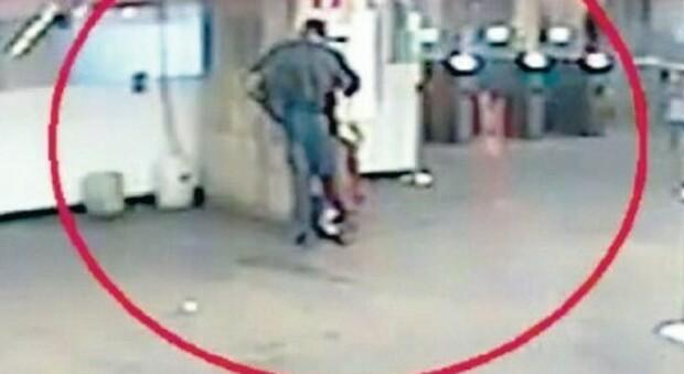 Roma, ladri di defibrillatori sulla linea A della metro: i raid per rivenderli online