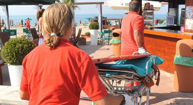 Roma, choc in spiaggia: si strozza con un pezzo di pane e muore