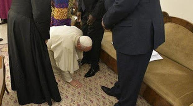 Il Papa bacia i piedi ai leader del Sud Sudan e sui social si scatena la protesta