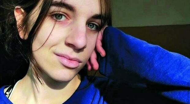 Chiara Gualzetti è stata «colpita ripetutamente» con un coltello da cucina. In un video le immagini con il 16enne che l'ha uccisa