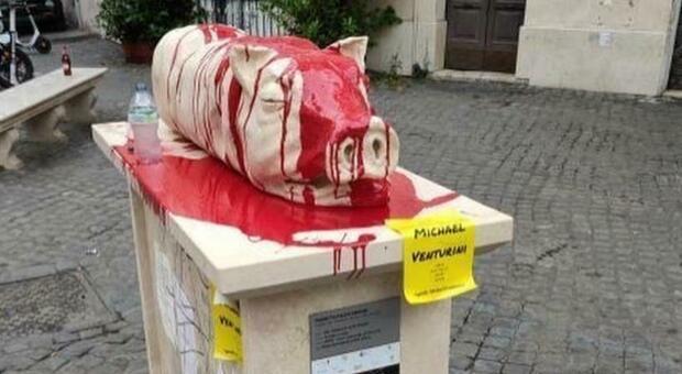 Imbrattata la statua della porchetta a Trastevere, scoppia la è polemica: «Fa ribrezzo»