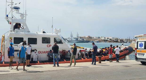 Lampedusa, hotspot al collasso per i troppi migranti: il sindaco chiede un incontro con Draghi