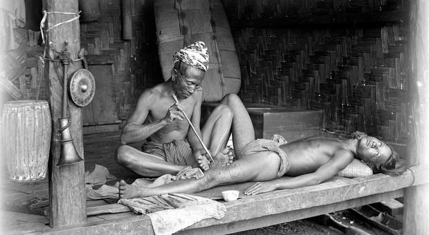 Seduta di tatuaggi, Myanmar 1890 (Royal Geographical Society, Courtesy Getty Images)