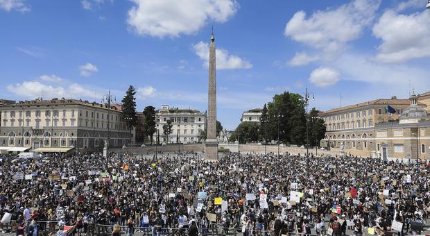 Roma, maxi assembramento in Piazza del Popolo in memoria di George Floyd