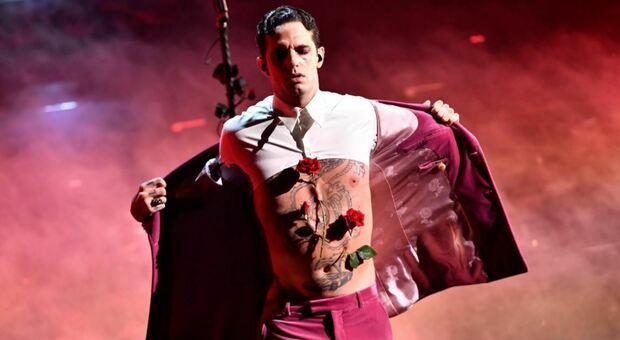 Sanremo 2021, Achille Lauro: il gran finale con l'addome trafitto da rose e sangue che sgorga