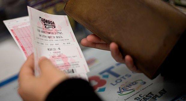 Vince alla Lotteria 80 milioni e chiede il divorzio alla moglie: ora le dovrà metà dei soldi